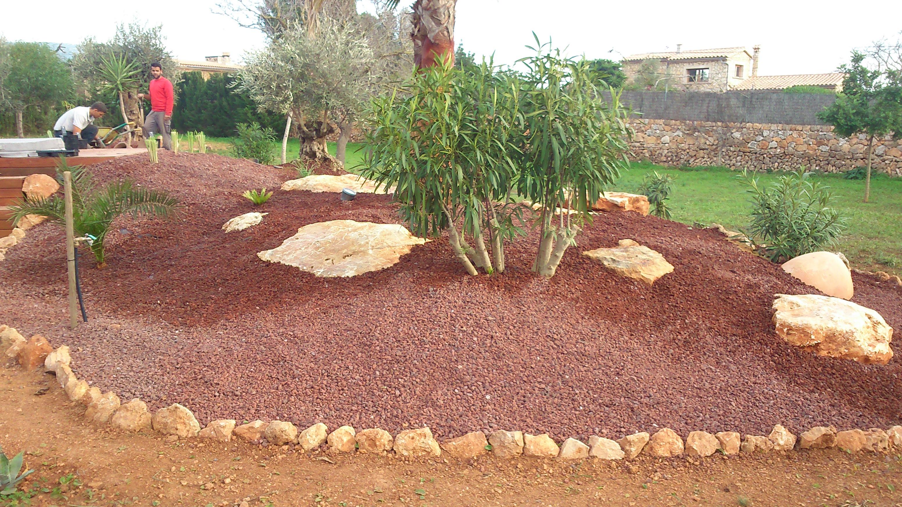 Jard n con canto rodado volc nica roja 10 15 curient s a for Piedra volcanica para jardin